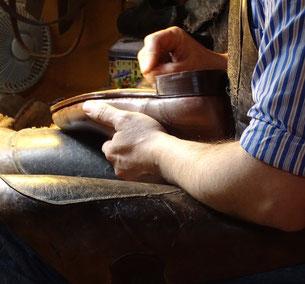 Schuhmacher bei der Arbeit. Photo: Men's Individual Fashion.