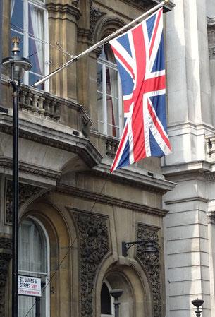Britische Flagge vor dem St. James Palast. Photo: Men's Individual Fashion.