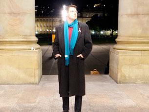 Zurück in Stuttgart, rosa Schleife immernoch am Mantel. Photo: Men's Individual Fashion.