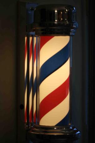 Die Barberpole ist das Erkennungszeichen eines Barbershops. Photo: Men's Individual Fashion.
