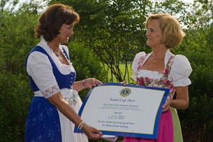 Die Gattin des Bayerischen Ministerpräsidenten und Schirmherrin des 5. Lions Golf Cups, Karin Seehofer(re.) nahm den Spendenscheck von der Präsidentin des Lions Clubs Chiemsee-Bedaium, Aliya von Ribauprierre-Rappoltstein (li.), entgegen.