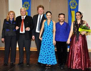 Großer Applaus für die Künstler (v.re.) Montserrat Caballero, die Tänzer González Reyes und Silvia Marival sowie Pianisten Peter Soldner mit Eckart Stör vom Lions Club und Bärbel Mangels-Keil von der Björn Schulz Stiftung.