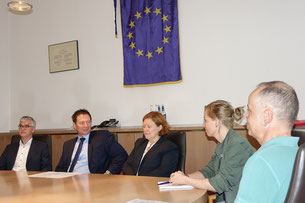 von links: Detlev Edelmann, Oberbürgermeister Thomas Thumann, Zweite Bürgermeisterin Gertrud Heßlinger, Annika Hampel, Ralf Frister  Foto: Dr. Franz Janka