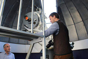 Foto: Philipp Englmann, Schnuchel Benedikt erklärt das Kuppelteleskop