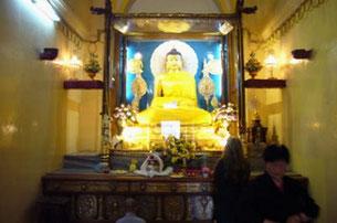 ブッダガヤーの成道釈尊像 釈尊成道の聖地ブッダガヤーの大菩提寺内に安置された金色に輝く釈迦座像。世界中から人々が参拝し祈りを捧げている。