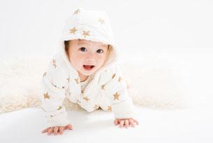 ハイハイしている赤ちゃんの写真