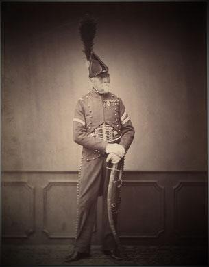 """Un vieux """"grognard"""" nommé Dupont, ancien Hussard, il est ici photographié en 1858 au moment de la remise des Médailles de Sainte Hélène. Source cliché : Wikipédia"""