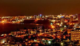 ista nocturna de la Playa del Inglés en la isla de Gran Canaria. / Foto (CC) Por Kriki (CC)