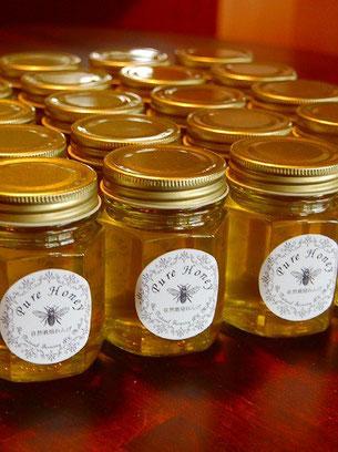 瓶詰めされておめかししたハチミツ達が続々と到着♪