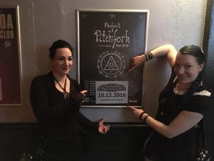 Die Gruftboten Gothamella und Batty Blue (v.l.) freuen sich schon auf des Konzert in Hamburg