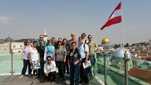 Deutsche und israelische Jugendleiter in Jerusalem mit dem Felsendom im Hintergrund (auf dem Dach des Österreichischen Hospizes im arabischen Teil der Altstadt)