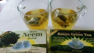 左がニーム茶、右がケニア緑茶