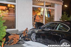 BMW prallt gegen eine Hauswand. Der Fahrer wurde verletzt.