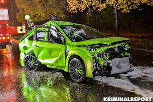 Schwerer Verkehrsunfall in Biesdorf. 34 Jähriger Mann prallt mit Ford gegen mehrere Bäume und Laterne. Er wurde schwer verletzt.