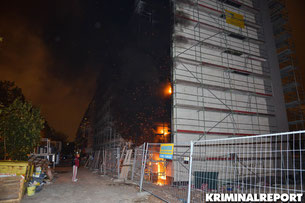 Flammen schlagen auf drei Etagen aus der Baustelle.