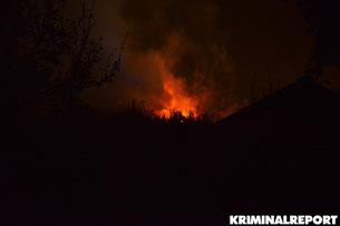 Flammen schlagen aus einer Gartenlaube in Schöneberg.