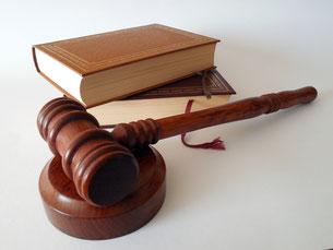 Gerichtshammer und Gesetzbücher