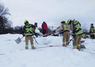Gut gesichert konnten sich die Einsatzkräfte des ABC-Zugs an die anstrengende Arbeit machen, das Dach der Geretsrieder Mittelschule von den Schneemassen zu befreien.