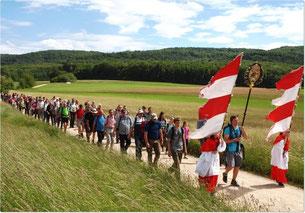 Auch heute noch machen sich viele Menschen zum Geh-Beten in Form von Wallfahrten auf dem Weg. Das Bild zeigt die diesjährige Lichtenfelser Wallfahrt auf dem Rückweg von Gößweinstein.