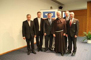 Die Vorstände der Raiffeisen- und Volksbanken des Kreisverbands Lichtenfels mit P. Christoph nach dessen Vortrag