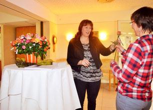Heimleiterin Anja Wedtgrube überraschte die Heimbesucher mit Blumen