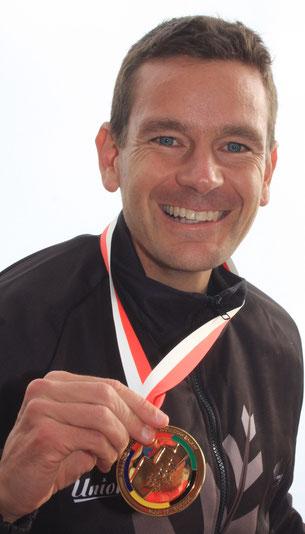 Strahlend präsentiert Jonathan Wyatt seine 7. Goldmedaille Foto: Stinn