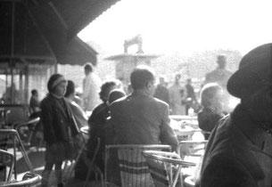 die Menschen in den Cafes prägen das Bild der Boulevards