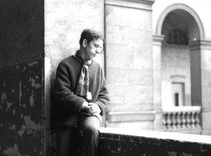Claus beobachtet im Louvre die vielen Menschen