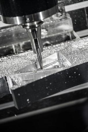 Una delle fasi di punzonatura dell'alluminio tramite una punta in acciaio