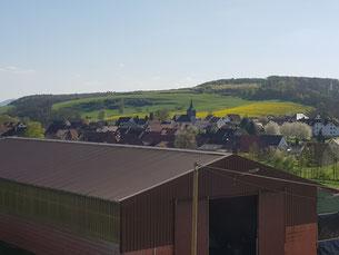 Blick von der Sonnenhofterrasse - über unsere Getreidehalle - in den Ort