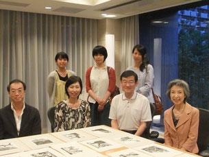 ※原田工房にお越しくださったお客さまご家族と記念撮影。芸術や歴史をこよなく愛される素敵なご一家でした。前列両端は原田夫妻。(2014年9月撮影)