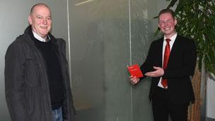 Patrick Prestele (rechts) von der Kreissparkassen-Filiale in Diedorf gratuliert seinem Kunden Jürgen Brehmer zum 10.000-Euro-Hauptgewinn beim PS-Sparen der bayerischen Sparkassen. Foto: Walter Kleber/Kreissparkasse