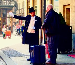 der Portier des Steigenberger Grandhotels verteilt gerne Tips