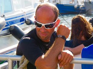 ein stolzer Yacht-Eigner läßt sich bewundern
