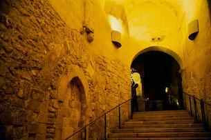 die breiten Stufen zur Michaels-Grotte hinunter