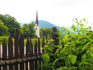 vom Hausgarten schaut man auf die Dorfkirche