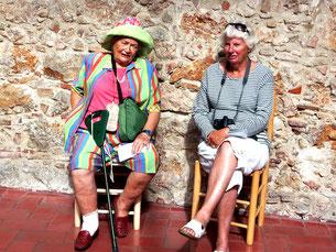 zwei Damen - ein Kunstobjekt der Gegenwart