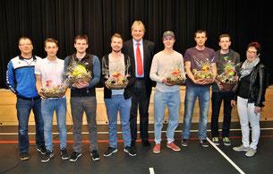 Im Rahmen des Faustballabends in der Weiß-achtalhalle ehrten Bürgermeister Heinz-Peter Hopp und Ortsvorsteherin Waltraud Piechatzek die vor kurzem in die erste Bundesliga aufgestie-genen Faustballer des TV Hohenklingen.