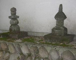 妙向尼(左)と父林新右衛門の墓