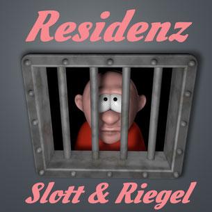 Mann schaut durch Gitter aus Gefängniszelle. Dazu der Titel: Residenz Schlott & Riegel