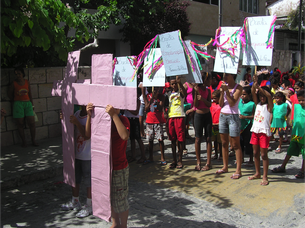 """Kinder und Jugendliche im Projekt """"Turma do Flau"""" in Recife haben ein halbes Jahr über den Kinderschutz mit Beispielen wie """"Mein Körper gehört mir"""" gearbeitet und zu Karneval einen Protestmarsch auf die Straßen ihrer Umgebung gebracht."""