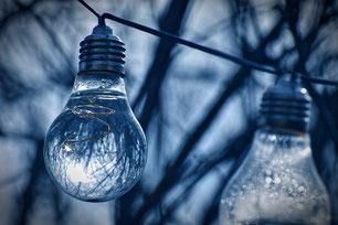 Ampoules suspendues à un fil en extérieur
