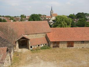 SAVIGNY LE TEMPLE Ferme du Coulevrain / la cour depuis l'étage, le village