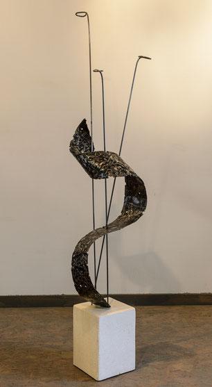 sculpture en acier verni sur socle pierre travaillé à l'arc