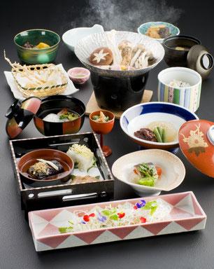 ランチには旬の野菜や薬草などを活かした創作料理「美建の膳」をお召し上がりください。