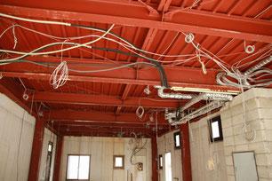 天井から電気コードがたくさんぶら下がっています。