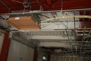 天井が塗装されエアコンが付いています。白いところは吹き抜けになる部分です。