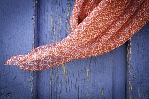 Tücher und Schals aus Seide. Bild Manu Junemann