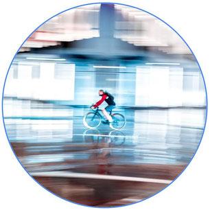 Homme à vélo dans une lumière floue