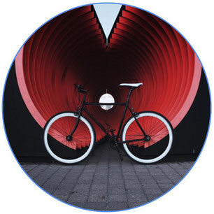 vélo noir devant une œuvre artistique